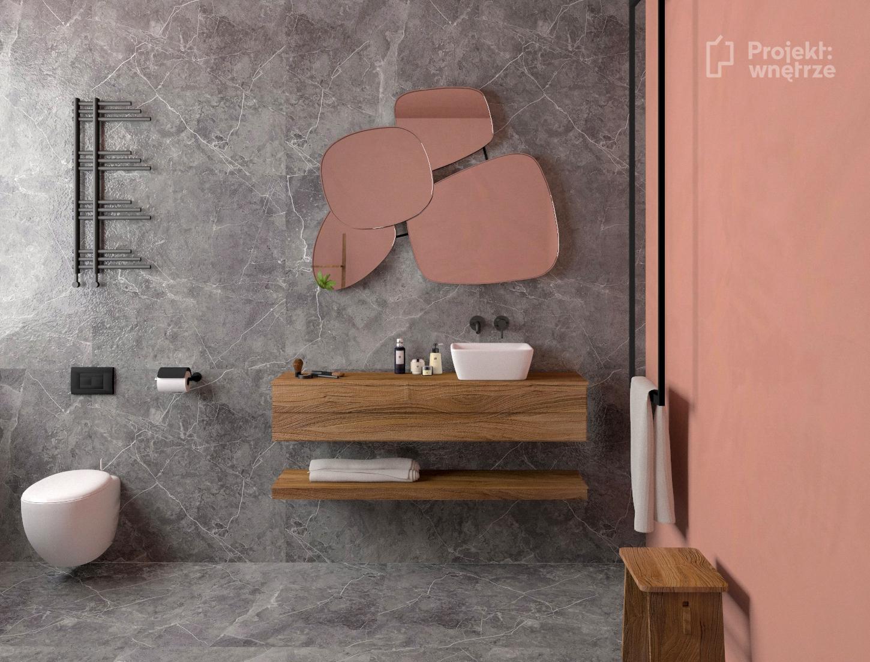 Łazienka róż szarość - projekt łazienki w kolorze różu z szarymi płytkami i drewnem - Projekt wnętrze - www.projektwnetrze.com.pl projekty wnętrz online