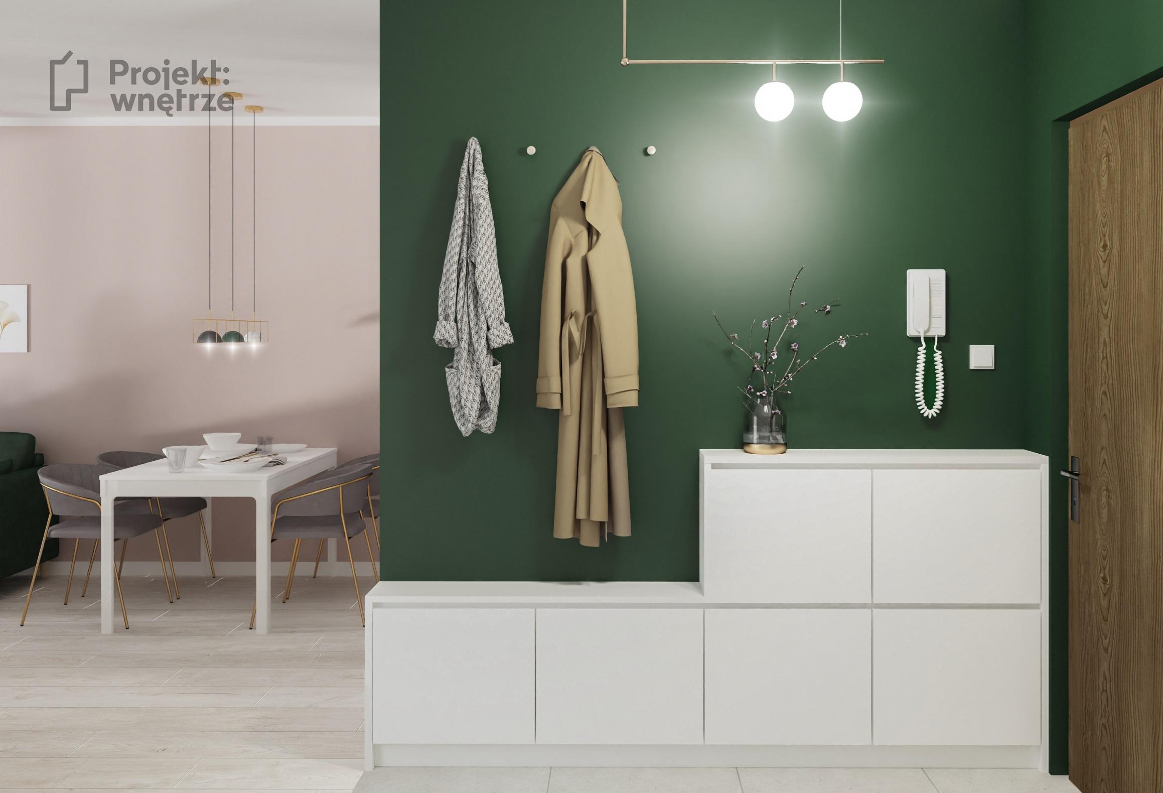 Korytarz z ciemną zieloną ścianą i złotymi akcentami i szarość - projekt kobiecego mieszkania PROJEKT WNĘTRZE www.projektwnetrze.com.pl